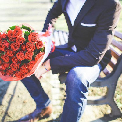 A Gentleman with roses is waiting me :)